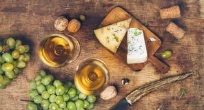 Weißer Wein und Käse stockfotografie