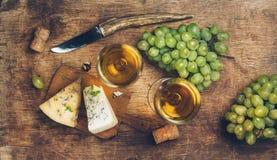 Weißer Wein und Käse stockbild