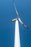Weißer Windkraftanlagegenerator auf dem blauen Hintergrund Stockbilder