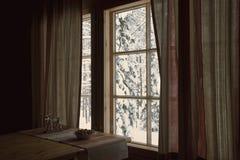 Weißer Winter hinter einem Fenster Stockfotografie