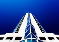 Weißer Wolkenkratzer Stockbild