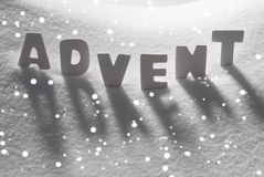 Weißer Wort-Advent Means Christmas Time On-Schnee, Schneeflocken Lizenzfreie Stockfotos