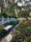 Weißer Zaun Garden mit Brunnen Stockfotos