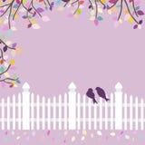 Weißer Zaun mit Vögeln und Niederlassungen Stockfoto