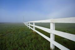 Weißer Zaun und Nebel Stockfoto