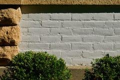 Weißer Ziegelstein umgeben stockbilder