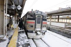 Weißer Zug auf Eisenbahn in Japan Lizenzfreie Stockfotografie