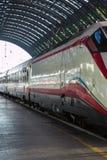 Weißer Zug in Milan Central Railway Station, Italien Lizenzfreie Stockfotografie