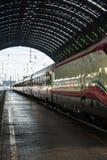 Weißer Zug in Milan Central Railway Station, Italien Lizenzfreie Stockfotos