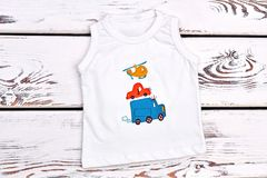Weißes ärmelloses T-Shirt des Babys Stockfotos