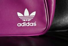 Weißes Adidas-Zeichen auf Beutel Lizenzfreie Stockfotos
