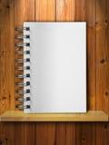 Weißes Anmerkungs-Buch auf Holz Stockbild