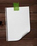 Weißes Anmerkungspapier gehaftet auf Holz. stockfotos