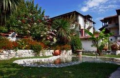 Weißes Apartmenthaus mit Garten und Brunnen Stockfotos