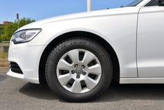 Weißes Audi A6 Stockfotografie