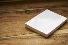 Weißes Aufkleberbuch mit flacher Abdeckung Lizenzfreies Stockbild
