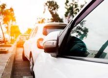 Weißes Auto auf dem Parken mit Sonnenuntergang Stockbild