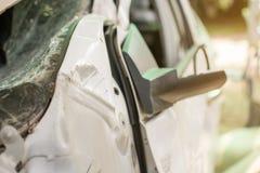 Weißes Auto beschädigte Automobile nach Zusammenstoß auf der Straße stockbild