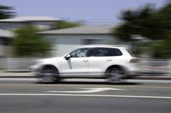 Weißes Auto in der Bewegung auf Straße Stockfoto