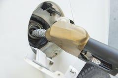 Weißes Auto an der Tankstelle Lizenzfreies Stockfoto