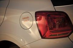 Weißes Auto des Benzintanks mit der Aufschrift nur Diesel Brennstoff- und Brennstoffaufnahmekonzept Tankdeckel, Fahrzeugkarosseri lizenzfreies stockbild