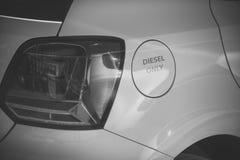 Weißes Auto des Benzintanks mit der Aufschrift nur Diesel Brennstoff- und Brennstoffaufnahmekonzept Tankdeckel, Fahrzeugkarosseri lizenzfreies stockfoto