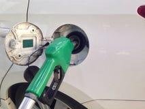 Weißes Auto fügen Brennstoff an der Tankstelle für lange Reise hinzu lizenzfreies stockfoto