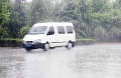 Weißes Auto im Regen Stockfotos