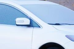 Weißes Auto mit gefrorenen Fenstern stockfotografie