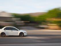 Weißes Auto mit Unschärfe Lizenzfreie Stockbilder