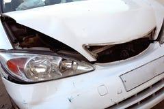 Weißes Auto nach Unfall Stockfotos