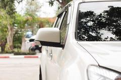 Weißes Auto und schwarzer Spiegel Stockbild