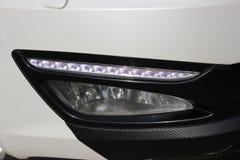 Weißes Autoteil, Autoscheinwerfer geführte weiße tägliche Lichter stockfotografie