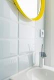 Weißes Badezimmer mit gelbem Spiegel Lizenzfreie Stockbilder