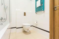 Weißes Badezimmer mit schwarzen Elementen Lizenzfreie Stockfotos