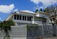 Weißes Bauholzgebäude Lizenzfreies Stockfoto
