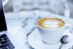 Weißes bereites morgens arbeiten des Tasse Kaffees und des Laptops Lizenzfreies Stockbild