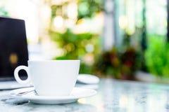 Weißes bereites morgens arbeiten des Tasse Kaffees und des Laptops Lizenzfreies Stockfoto