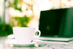Weißes bereites morgens arbeiten des Tasse Kaffees und des Laptops Stockfoto