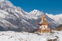 Weißes Bhuddist-stupa im Schnee im Himalaja Lizenzfreie Stockbilder