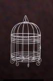 Weißes Birdcageisolat mit dunkelbraunem Hintergrund Lizenzfreie Stockbilder