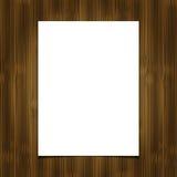 Weißes Blatt des leeren Papiers auf hölzernem Hintergrund Stockfotografie