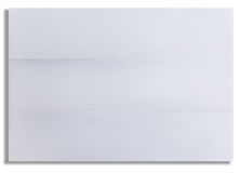 Weißes Blatt des strukturierten Papiers faltete sich in drei lokalisiert Lizenzfreies Stockbild