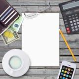 Weißes Blatt, Geldbörse und Smartphone Lizenzfreie Stockbilder
