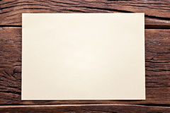 Weißes Blatt Papier auf altem Holz Stockfotografie