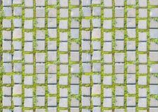 Weißes Blatt Papier auf der Eichenbrauntabelle mit der Hand Lizenzfreie Stockfotografie