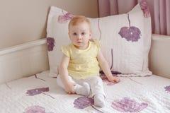 weißes blondes kaukasisches lächelndes Baby mit großen blauen Augen Stockbild