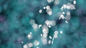 Weißes bokeh beleuchtet gegen starke grüne und purpurrote bokeh Lichter Stockfoto