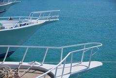 Weißes Boot auf dem Meer stockbild