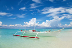 Weißes Boot auf einem tropischen Strand lizenzfreies stockfoto